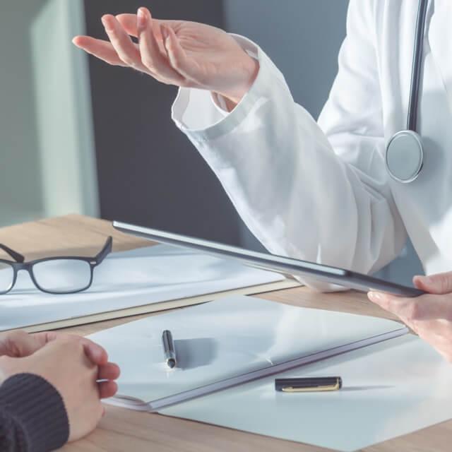 Doctora sujetando una tablet